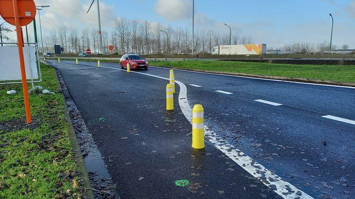Recent werden er nieuwe fluopaaltjes geplaatst om te verhinderen dat truckers op de pechstrook parkeren.