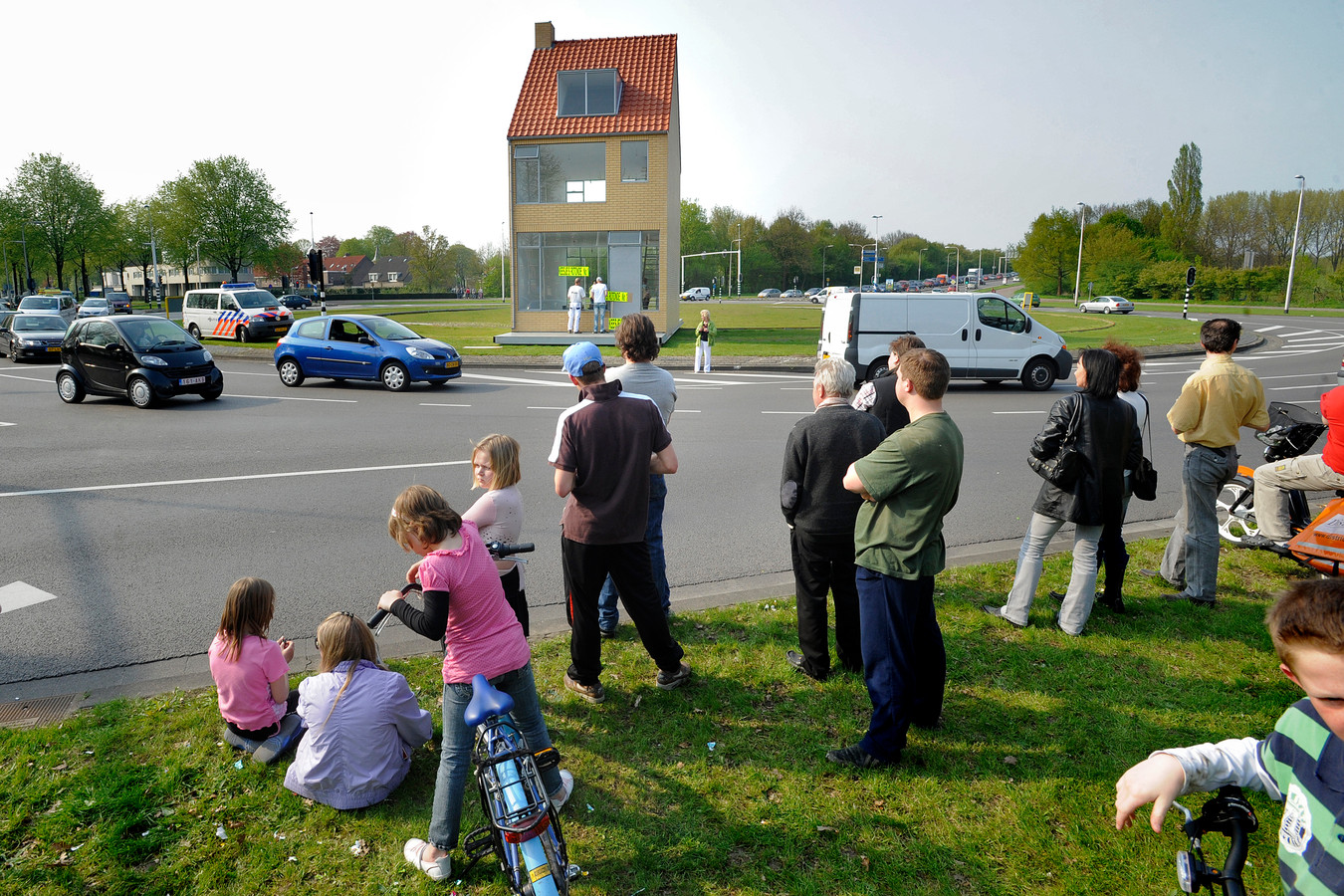 In 2009 werd het Draaiend Huis op de Hasseltrotonde in Tilburg gekraakt, wat veel toeschouwers trok.
