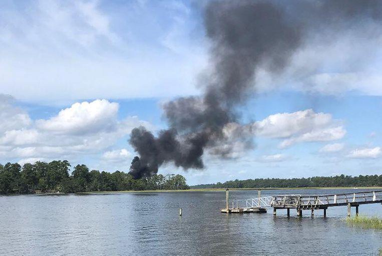Een rookpluim rijst van de plek waar het gevechtsvliegtuig neergestort is. Beeld REUTERS