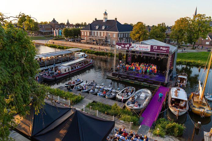 Het drijvende podium voor Festival op de Vecht was de vorige editie nog gericht op hotel De Zon. Komende editie kijken de artiesten de stad in.