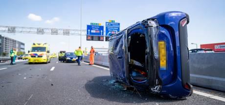 A20 richting Hoek van Holland uren dicht na ongeval met gekantelde auto's