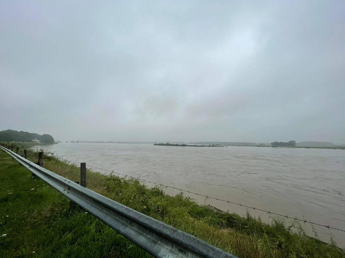 Tijdens het noodweer stond er een sterke stroming op de hoge Maas, waardoor er heel wat afval werd meegesleurd.