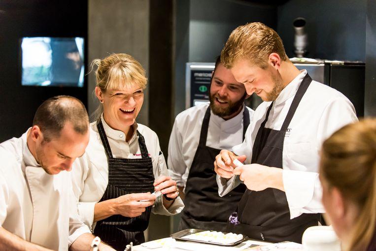 Joris Bijdendijk (rechts) van restaurant RIJKS staat centraal in de eerste aflevering.  Beeld rv Jan Kees Steenman