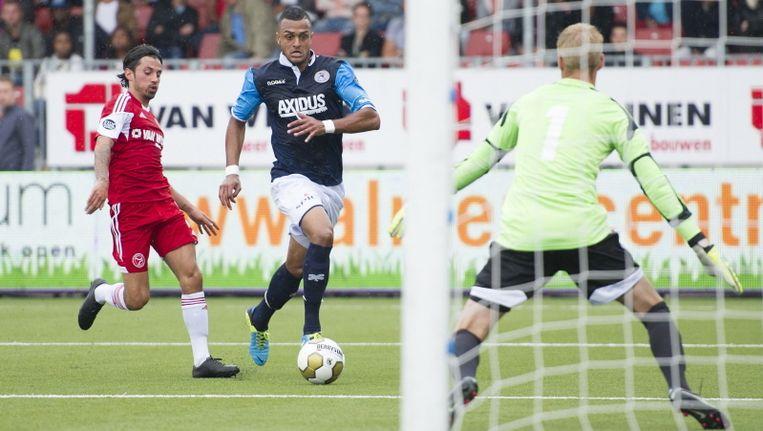 Spartaan Mario Bilate in duel met Almere City-speler Stefano Lilipaly (l) en keeper Marco van Duin. Beeld pro shots