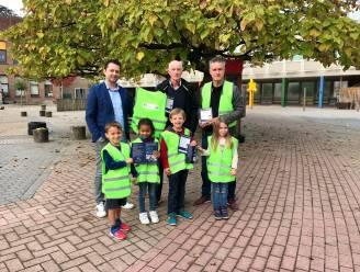 """Mobiliteitsraad en gemeente schenken fluohesjes aan schoolkinderen: """"Extra initiatief om onze kinderen te beschermen in het verkeer"""""""