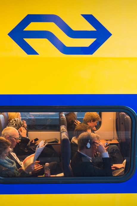 Politie deelt video van jongeman die geslachtsdeel laat zien in de trein