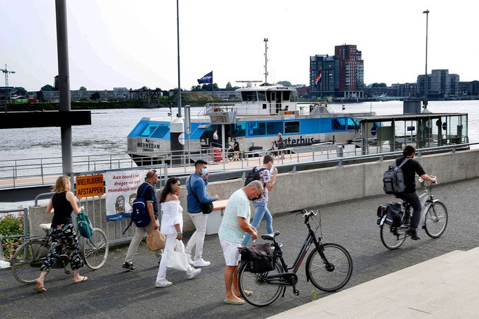 Aan de oever van de Beneden Merwede terecht, waar de waterbus Papendrechters van en naar Dordrecht brengt.