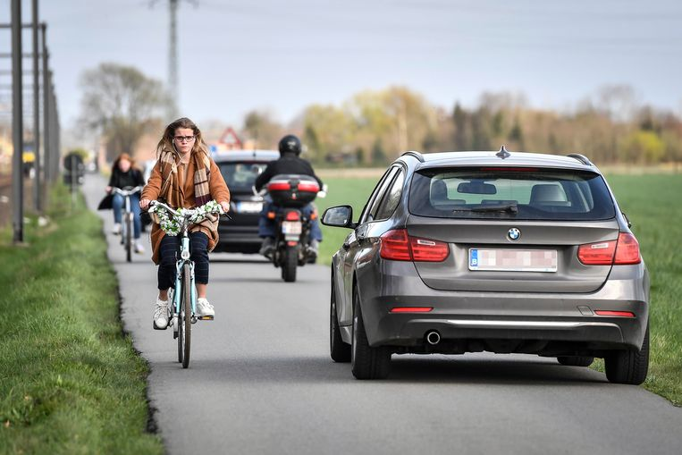 In de smalle Reigersweg kruisen dagelijks vele fietsers en auto's.
