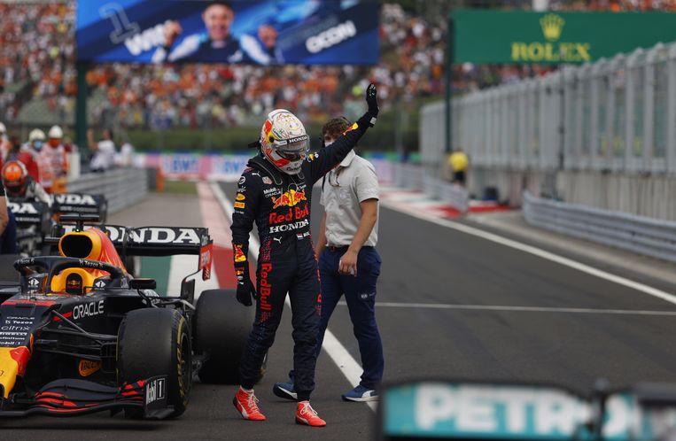 Max Verstappen verlaat gefrustreerd zijn auto na de race in Hongarije. Beeld EPA