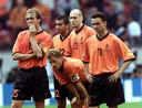 Frank de Boer (gekeerd door Francesco Toldo) en Jaap Stam (lat en over) scoorden allebei niet in de strafschoppenserie tegen Italië.
