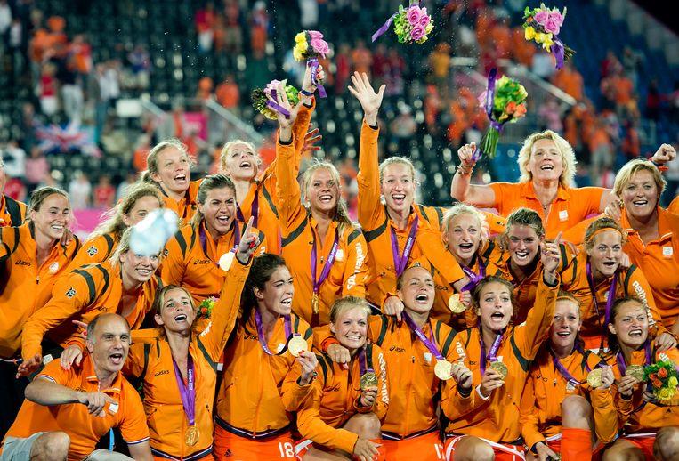 De Nederlandse hockeydames  vieren hun gouden medaille na de gewonnen finale tegen Argentinië op de Olympische Spelen in Londen. Beeld Hollandse Hoogte /  ANP