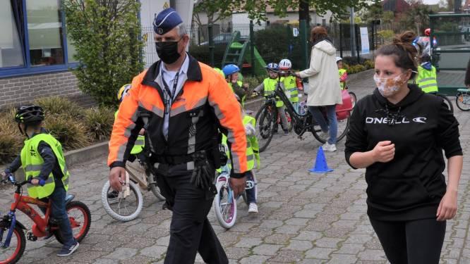 Kleuters leren fietsen over hindernissen