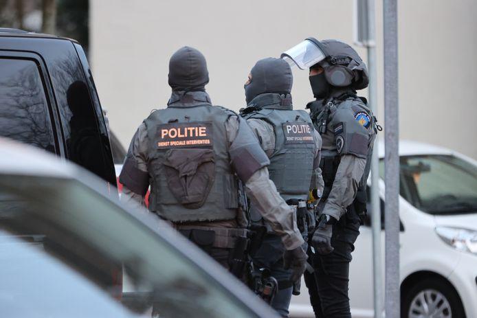 Een arrestatieteam heeft vanavond een inval gedaan in een woning aan de Edamstraat in Den Haag.
