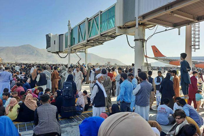 Duizenden Afghanen zijn op het tarmac doorgedrongen.