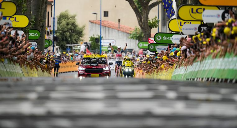 Bauke Mollema gaat in Quillan over de finish en wint de veertiende etappe op de hem bekende wijze: solo.  Beeld AP