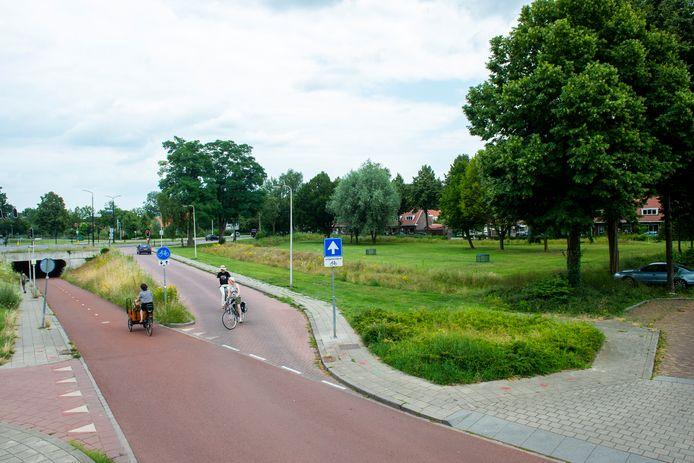 Op het stuk groen naast de fietstunnel van de Rielerweg moeten straks 61 seniorenwoningen verrijzen.