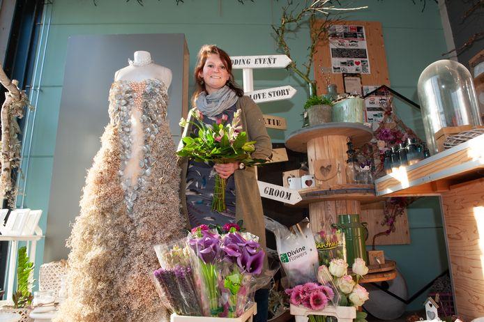 Bloemiste Gerdina van Toor-Van Beek uit Bergambacht maakt in haar winkel in Reeuwijk door corona nauwelijks trouwboeketten.