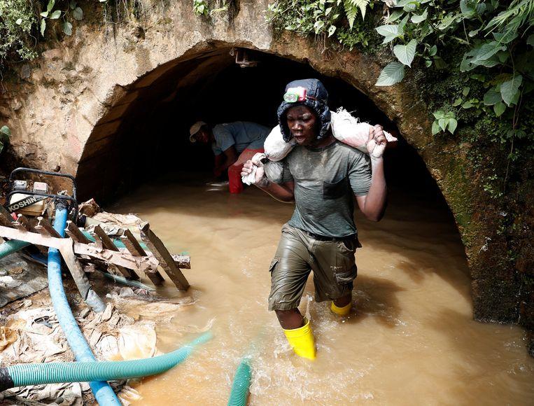Werkzaamheden in de Makala-goudmijn. Beeld REUTERS