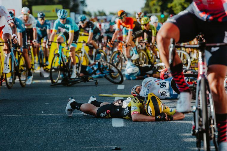 Dylan Groenewegen, Marc Sarreau en nog renners liggen op de grond in Katowice, aankomstplaats van de eerste etappe in de Ronde van Polen. Beeld BELGA