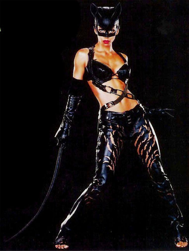 In de film 'Catwoman' maakte actrice Halle Berry geen enkele allusie op de biseksualiteit van haar personage.  Beeld RUCKAS PICTURES