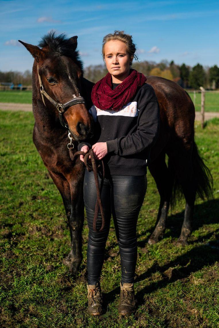 Robin Vanderschueren met Bonita, een van haar paarden. Een van haar andere paarden zou gestolen zijn.