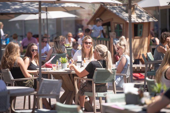 De eerste terrasdag sinds lange tijd zorgt voor blije gezichten op het terras van Nielz in Almelo.