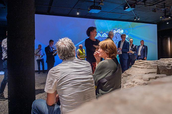 Een kelder met grote schermen waarop de historie te zien is met bewegende beelden: 'Dankzij subsidies kan het grote publiek dit nu beleven'.