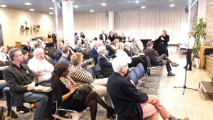 Wethouder Mary-Ann Schreurs (rechts, met microfoon) aan het woord tijdens een informatiebijeenkomst voor omwonenden van Eindhoven Airport in het stadhuis.