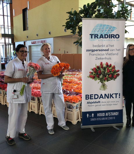 Uitzendbureau Tradiro uit De Lier deelt 1600 bossen bloemen uit aan personeel Schiedams ziekenhuis