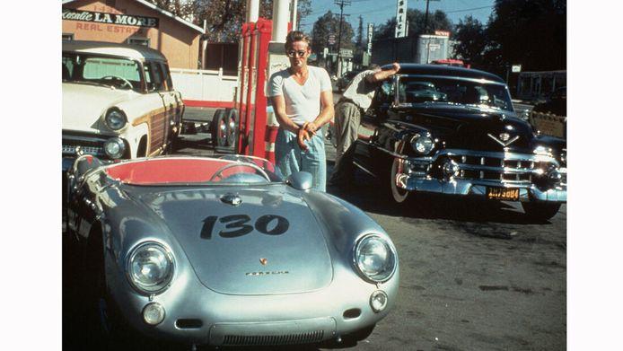 James Dean in de auto waarmee hij later verongelukte.