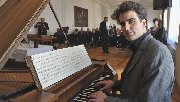 Florian Birsak speelde het stuk op Mozarts eigen piano in het huis waar hij opgroeide. Beeld ap
