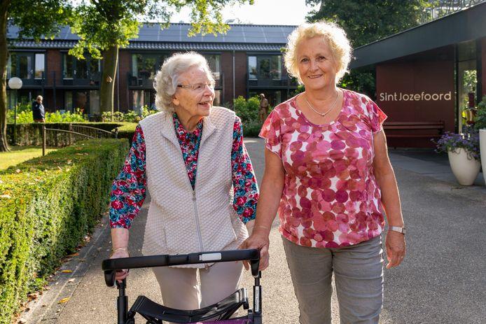 Antoinette Egelmeer werkt 50 jaar op Sint Jozefoord. Foto wandelend met Sjan Seegers