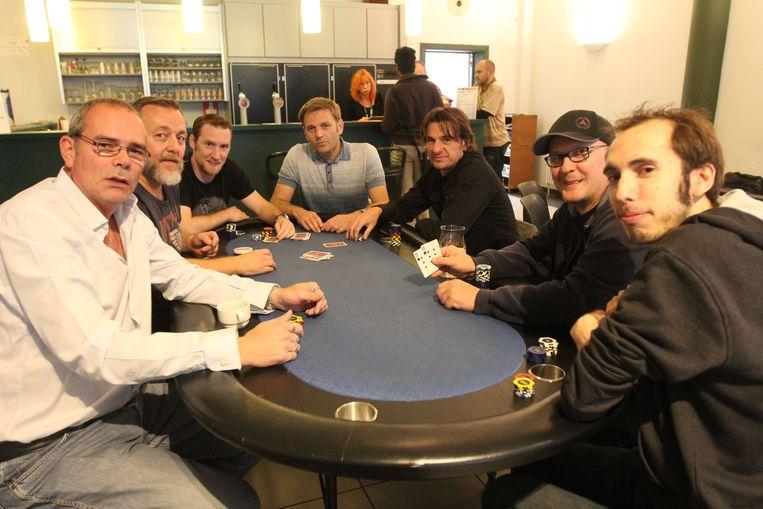 Stefan Flamand (tweede van links), samen met de andere pokeraars in zaal de Muzen aan de pokertafel.