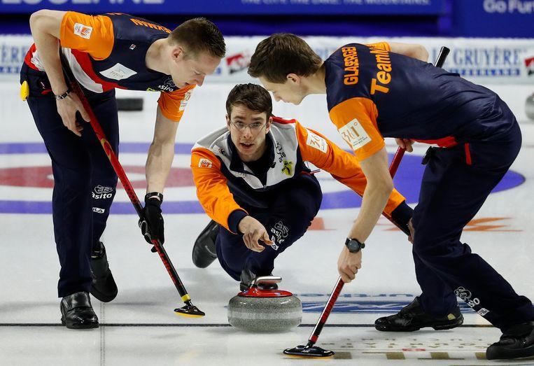 Jaap van Dorp gooit een steen tijdens het wereldkampioenschap curling. Beeld AP