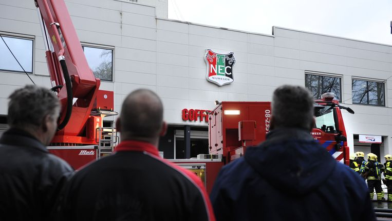 Supporters van NEC kijken naar een brand in het Goffertstadion in Nijmegen in 2012. Beeld anp