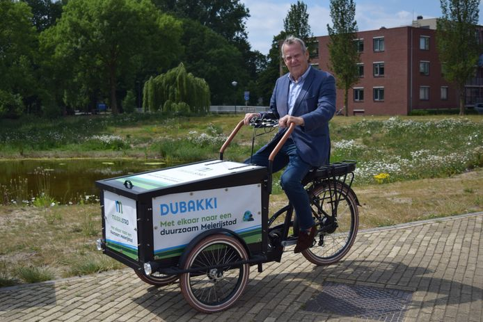 Afvalwethouder Harry van Rooijen op Dubakkie, een elektrische bakfiets die inwoners gratis kunnen lenen voor een opschoonactie in hun buurt. Een nieuw wapen tegen zwerfafval dus.