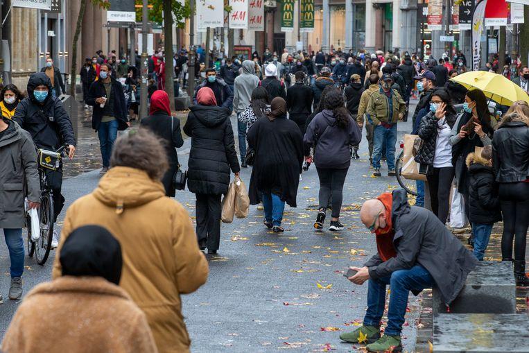 Drukte op de Antwerpse Meir, op de laatste koopzondag voor de lockdown.  Beeld BELGA