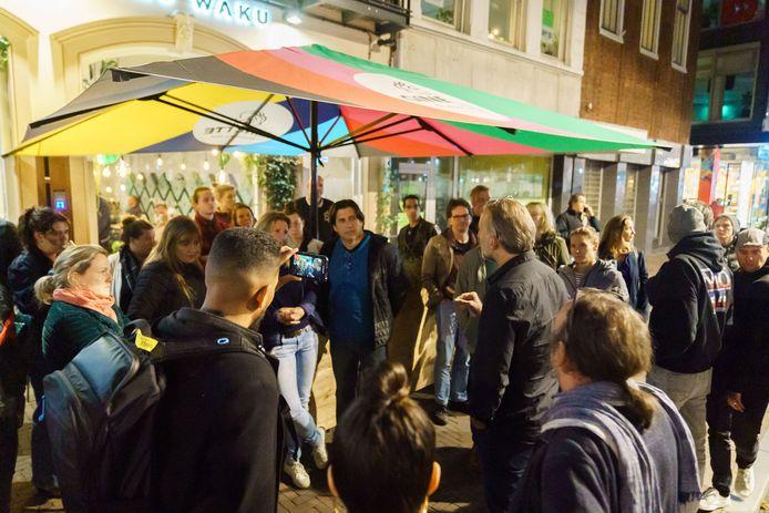Een groep van zo'n 30 à 40 mensen heeft zich voor de deur van het restaurant verzameld om steun aan het personeel en de eigenaren te betuigen.