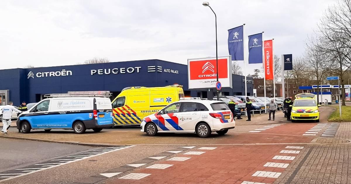 Steppende meisjes aangereden door bestelbus in Apeldoorn, één meisje raakt gewond.