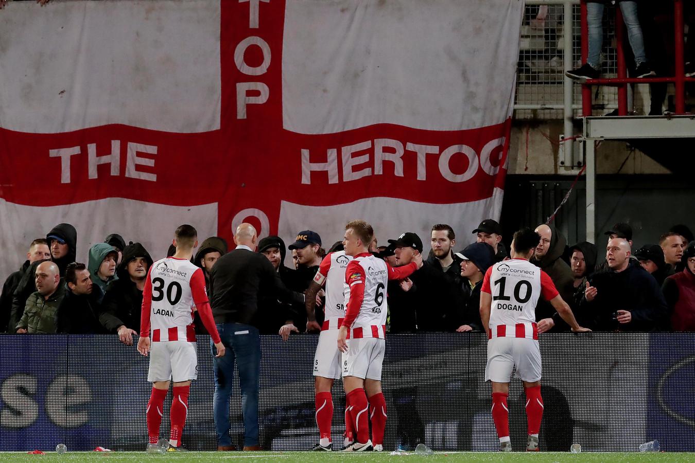 Spelers van TOP kalmeren boze supporters.