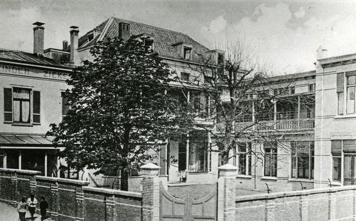 Het Kinderziekenhuis aan de Catharijnestraat in het jaar van ingebruikname, 1883. Fotograaf onbekend.