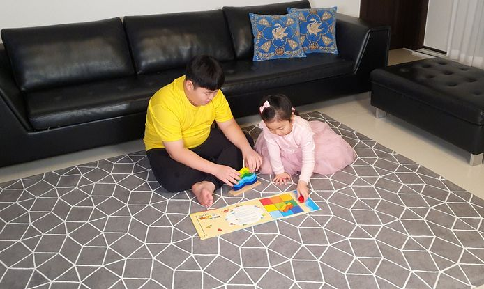 Kwon Joon speelt met zijn jongere zusje.