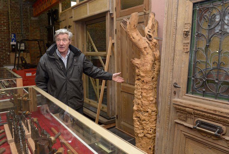 Pierre Vangroenweghe in zijn schrijnwerkersmuseum, dat nu volledig geïnventariseerd is.