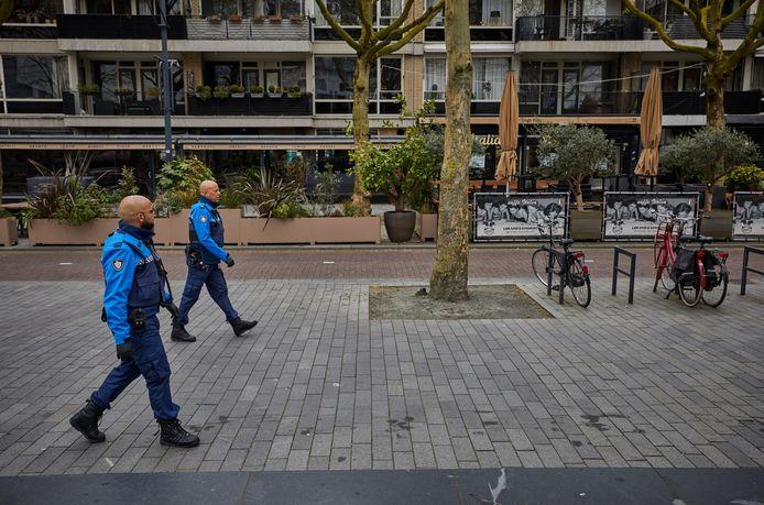 Rotterdamse handhavers surveilleren in het centrum van de stad.