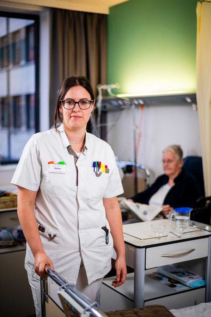 """""""Gewoon even op het bed gaan zitten en een praatje slaan, schieten er het meest bij in. Dat is heel jammer, want het is zó belangrijk"""" Verpleegster Heleen Hollebecq (31)"""