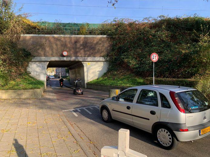 De Vianense Poort, waar auto's, fietsers en voetgangers om de ruimte vechten.