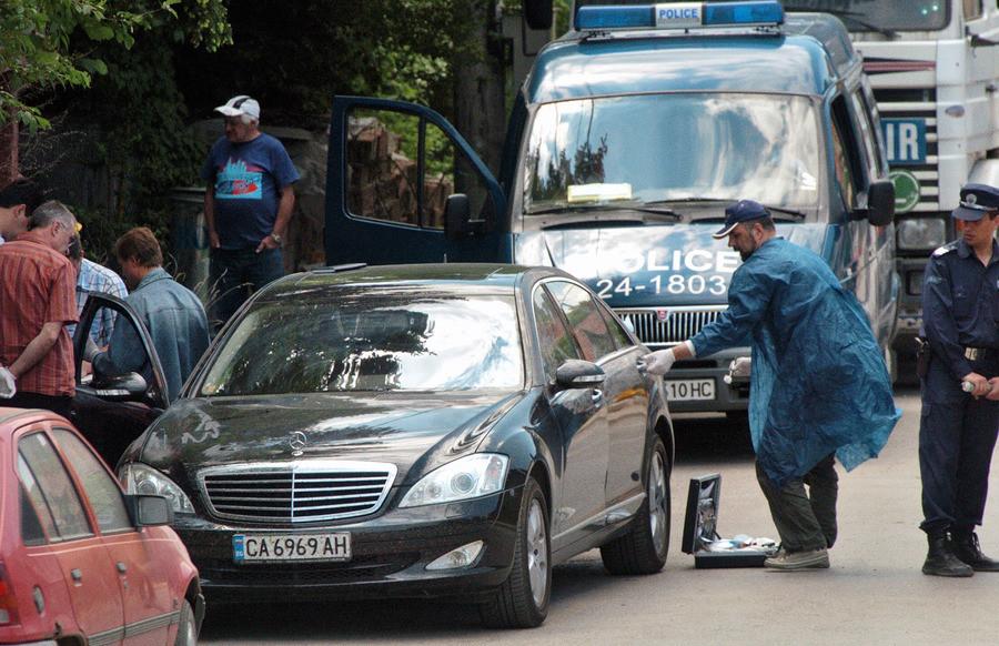De Bulgaarse politie doet onderzoek bij de auto van Alexander Tasev, die in 2006 met twee kogels in het hoofd werd vermoord.