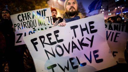 """Greenpeace-activisten terug in België na opsluiting in Slovakije: """"Het ene moment zitten we grapjes te maken, het andere moment word je beschuldigd"""""""