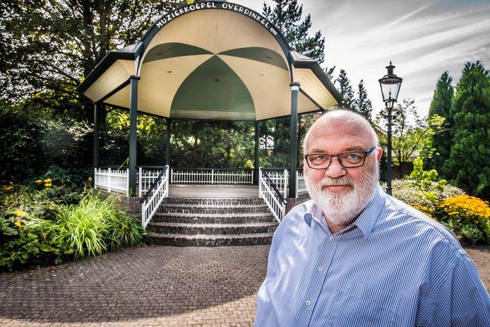 Henk Filipsen bij de muziekkoepel in hartje Overdinkel, het 'prachtige dorp'  waar hij al 34 jaar met veel plezier woonachtig is.