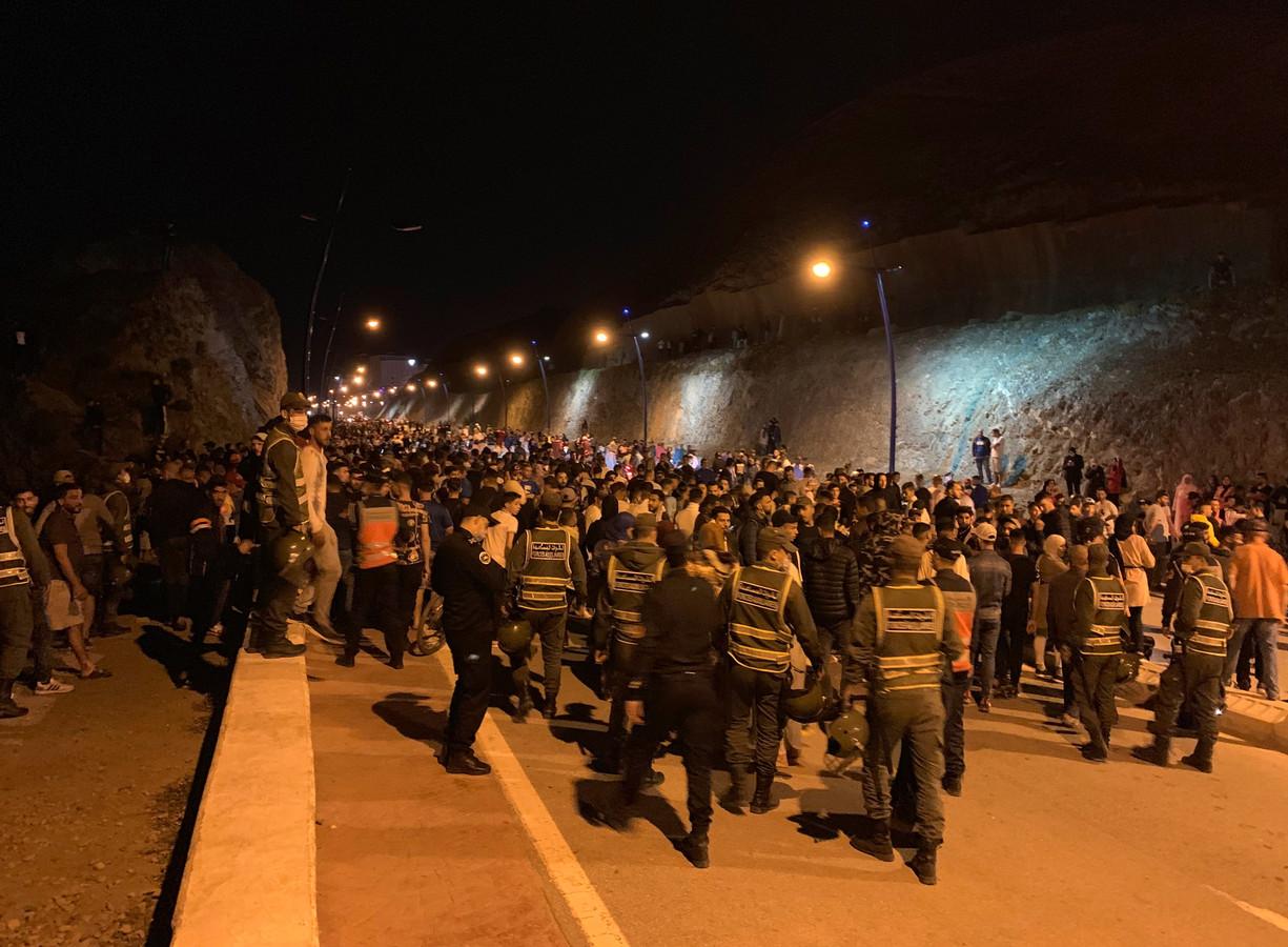 Honderden jonge migranten wachten voor ze het stadje Castillejos, ook bekend als Fnideq in mogen in Marokko.